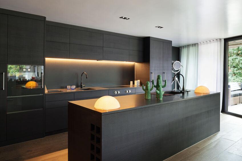 Nowoczesna kuchnia w ciemnych kolorach