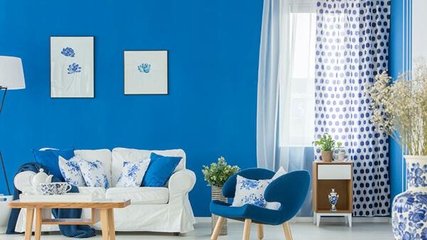 Zasłony w niebieskim pokoju