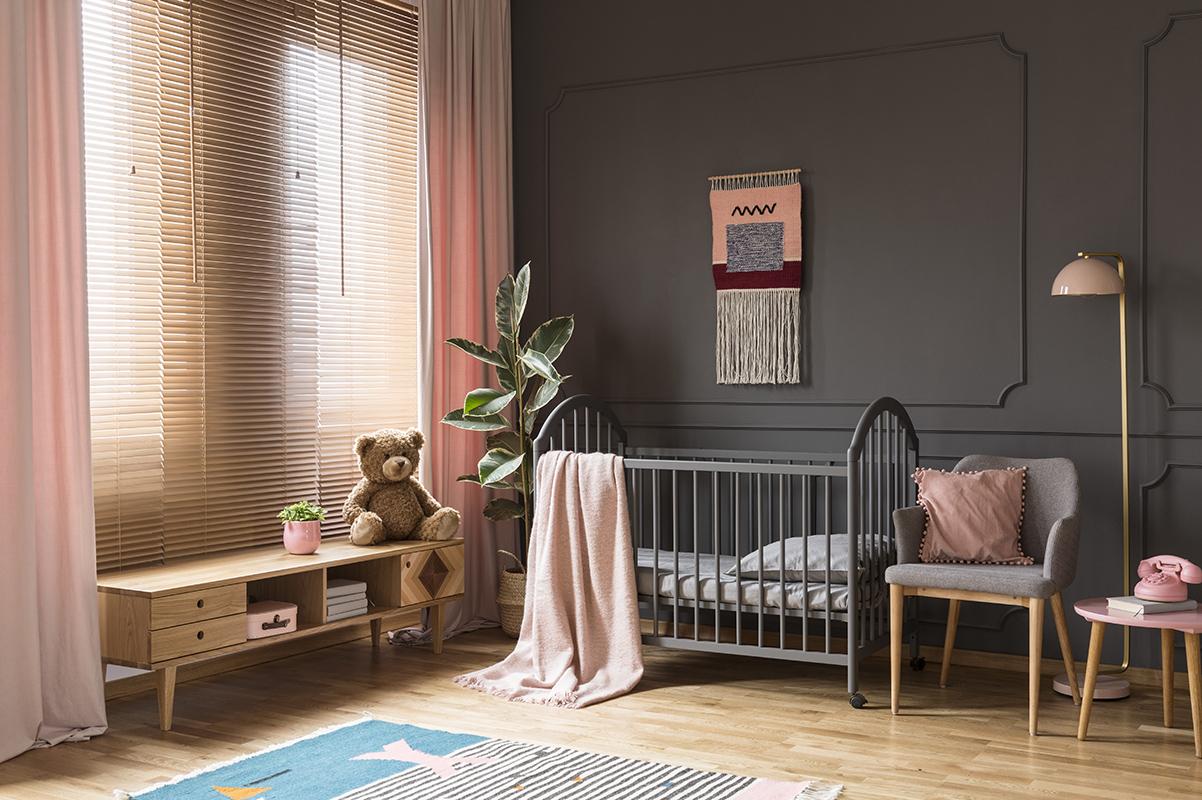 Zasłony i rolety w szarym pokoju